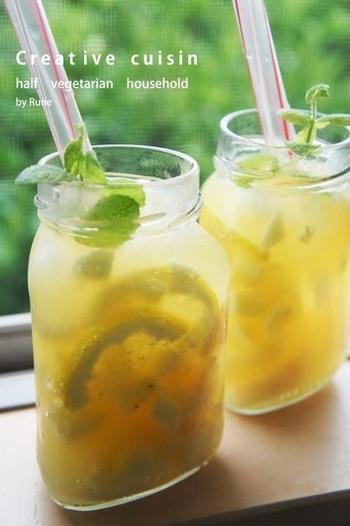 白桃、パイナップル、レモンなどの果物をごろごろ入れて作るレシピです。果肉を潰しながら飲むので食感も楽しめます。