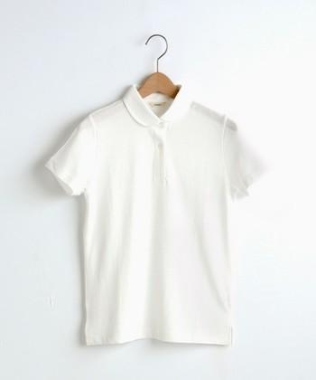 白Tシャツの人気がうなぎ上りですが、あと少しきちんと感がほしい時におすすめなのが「白ポロシャツ」。襟がついていてしっかりめなのに、ほど良いカジュアル感もあってバランスが良い優秀選手◎