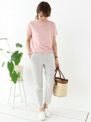 ピンクは、甘くなりすぎないようにメランジ使いのニュアンスあるTシャツをチョイス。