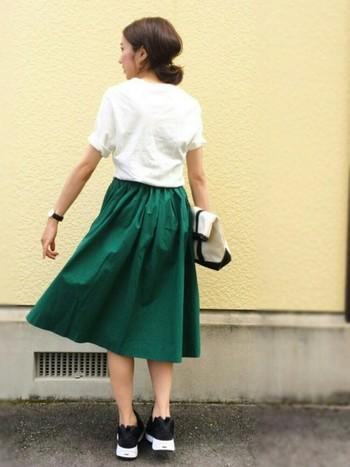 ボトムスにフレッシュカラーを選ぶのもあり。シンプルな白Tは、袖をまくってバランスをとって。