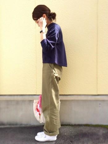裾がふんわり広がったプルオーバー。ヘアもラフにまとめ、ウェアのシルエットを活かしたスタイルに。