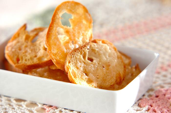 フランスパンで作るプレーンなラスク。バニラエッセンスの代わりにアーモンドエッセンスでも美味しくできますよ♪