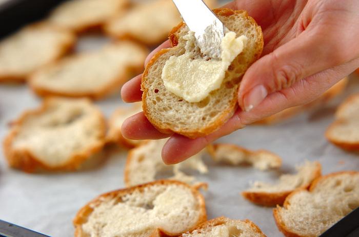 3.1のフランスパンに2を塗り、160℃のオーブンで7~10分ぐらい焼き、ケーキクーラーなどにのせて冷やしたら出来上がり♪