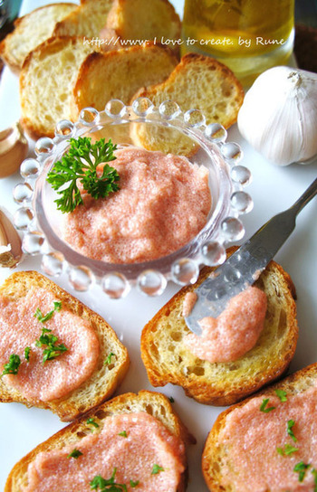 明太子とクリームチーズやマヨネーズを混ぜ合わせてなめらかなクリームを。パーティーメニューとしてもおすすめ♪