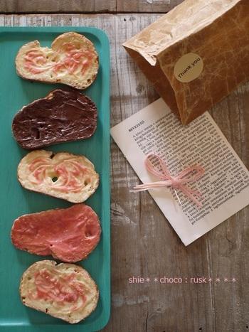 バターの塩気と甘いチョコのコンビネーションが絶妙。ストロベリーチョコを竹串などでぐるぐる円を描くように広げてデコレーションすると見た目もキュート♡