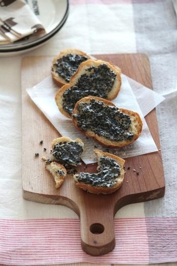 アーモンドの代わりに香(かおり)いり黒ごまを使ったフロランタン風ラスク。ソフトフランスパンで作るとふわっと軽い仕上がりに♪