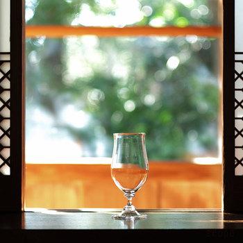 こちらはフランスのノルマンディー地方で造られる、リンゴを原料とする蒸留酒の名前から付けられたグラス。  幅は約5cm、高さは12cmほどの小さなグラスで、ウィスキーやブランデーなどを楽しめます。 飲み口部分も口当たりがよく、グラスを傾けて香りを感じる際にちょうど良いサイズ。  陽の光や、お部屋のランプの光に透かした時の揺らぎの表情がまたたまりません。
