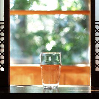 """こちらも、パイントグラスをモチーフにしたグラス。  容量はたっぷり入る450ml。女性より男性の手にしっくりくるサイズなのでお父さんにオススメしたいアイテムです。  グラスを覗いたときの波のような""""揺らぎ""""が手作りの温かみや特別感が感じられます。"""