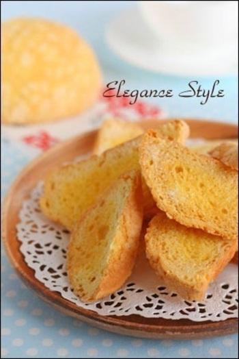 メロンパンを手づくりしてちょっと失敗したものをラスクにすると美味しく変身♪固めのメロンパンがおすすめです。