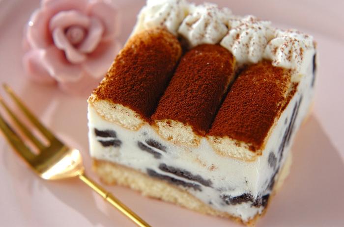 おいしそうなティラミスに見えますが、市販のアイスやスポンジ、クッキーを組み合わせたお手軽アイスケーキです。スポンジにコーヒーを染み込ませたり、ティラミスの味もしっかり再現。アイスとケーキの良いとこ取りですね!