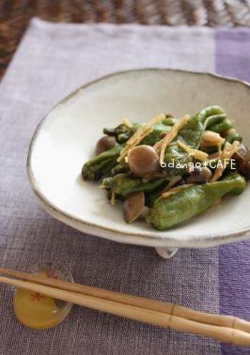 苦味のあるししとうに味噌と生姜の風味をきかせた食欲をそそる一品。鍋に食材と調味料をのせて蒸し煮するだけなので、作り方もとても簡単です。