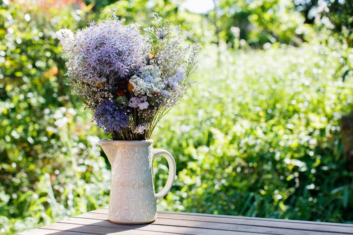ピッチャーは、フラワーベースにも。久保田さんの工房兼ご自宅のお庭からのぞむ植物は、すっかり初夏の茂りです