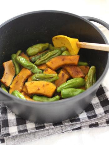 インド料理で野菜炒めのことをいうサブジ。色鮮やかなかぼちゃとししとうを、ガラムマサラやクミンシード、コリアンダーなどのスパイスを使って、夏らしいパンチの効いた一皿に。