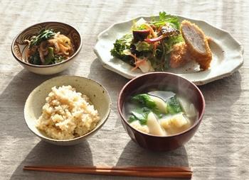 日本では古くから、主食である米に、汁物とおかずを2~3種類組み合わせて「一汁二菜(または三菜)」の食事を構成してきました。今回は簡単に栄養バランスを整えられる「一汁二菜」のレシピを、それぞれ以下で見ていきましょう。