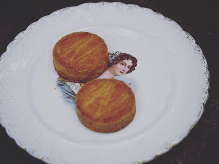 mother -ガレット・ブルトンヌ-  フランス・ブルターニュ地方の郷土菓子。発酵バター、バニラ、塩、ラム酒が一体化した贅沢な風味。本場ブルターニュ地方への旅を経て完成させたという渾身の作品です。