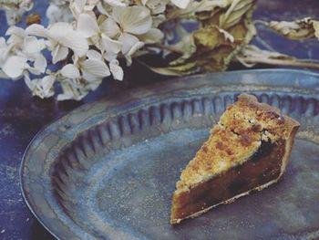 カフェ・モンタージュでふるまわれた一品。5種のドライフルーツをオレンジの果汁で煮込み、クリームと共にタルト生地に流して、カシスとブルーベリーのジャムを絞りました。さらに、クランブルをのせてこんがりと焼きあげた絶品のケーキです。