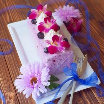中身を入れて凍らせた後はそのままペリペリとはがせるから、牛乳パックはアイスケーキの型にぴったり!綺麗な四角になるので、そのまま自由にデコレーションして楽しんで♪ブルーベリーの色合いが綺麗で華やか。