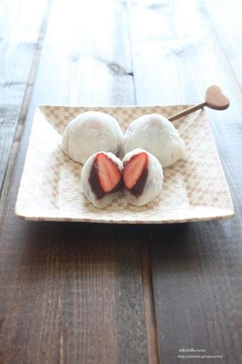 """可愛い""""いちご大福""""もお家で!レンジを使えば、おもち作りも楽々です。綺麗に包むのは最初はちょっと難しいですが、いくつも作っていると和菓子職人になった気分が味わえます♪おもてなしにもいいですね。"""