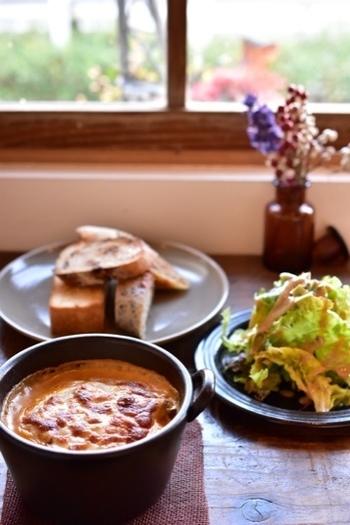 地元の人に愛されるカフェ・Tamichika。週末限定のローストビーフを目指してくる方も多いんです。 夜もしっとりと大人の雰囲気でまた違った良さがあるんですよ。
