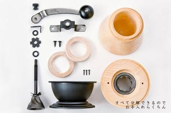 まったく中のお手入れをしていないと、豆をセットしても刃の部分に汚れが付着したままで空回ってしまうことがあります。コーヒーミルの故障を防ぐためにも、めんどくさがらずに外側だけではなく中もきれいにすることが大切です。分解してみれば意外とシンプルなコーヒーミル。思ったほど部品も多くはありません。基本的に水洗いはNGなのですが、セラミック製の刃なら錆びにくいので水洗いができます。ひとつひとつ丁寧に洗ったら、各パーツに付いた水分をしっかり拭き取って乾かしましょう。