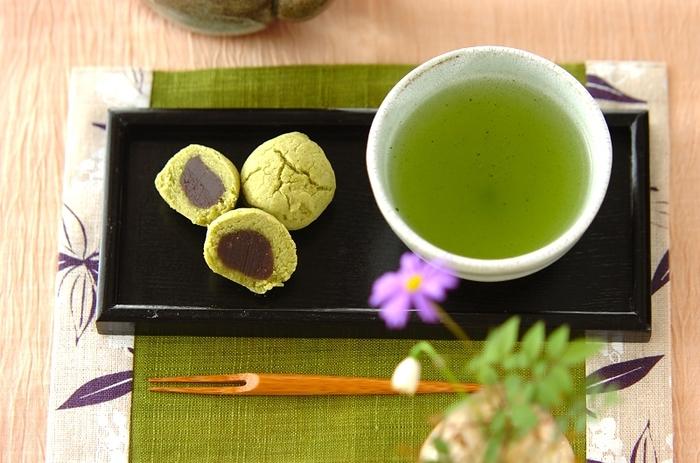 抹茶の緑が綺麗な、黄身しぐれのレシピです。黄身しぐれとは、白あんに卵黄を混ぜて蒸した和菓子のこと。ほろりとした口どけと優しい味わいで、お茶請けにぴったりです。電子レンジで手軽に作れるのも嬉しいですね。