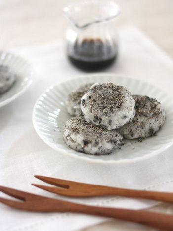 こちらはフライパンで作るおもちのレシピ。市販の切り餅がなくても、もち粉があれば簡単に手作りできます。草もちにしてみたり、抹茶もちにしてみたりと自分なりにアレンジしてみるのもいいかも♪
