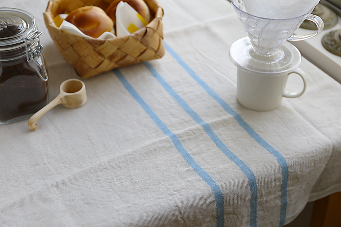 ナチュラルなリネンの風合は、テーブルクロスにもおすすめです。撥水性に優れ、汚れも落ちやすく、洗ってもすぐに乾いてくれるから◎