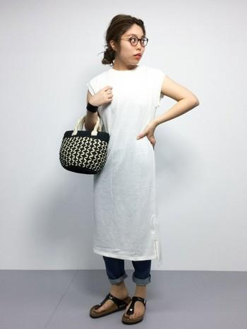シンプルなデザインの白のワンピースをデニムの上に着た、夏らしくさわやかなコーディネート。白は縦のラインをしっかりと強調してくれるので、ぜひ選びたいカラーです。