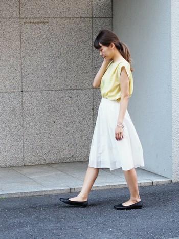 淡いイエローと白の組み合わせは、夏らしく上品な雰囲気。ミモレ丈のスカートはトップスをインするのが定番スタイル。清楚で女性らしい着こなしになります。