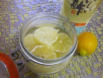 ベリービネガーの次におすすめなのがレモン酢です。味の想像も付きやすいかと思います。こちらはレモン酢のシロップのレシピです。