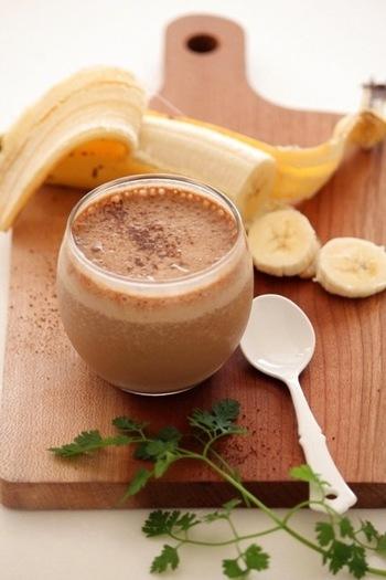ほろ苦いコーヒー入れたバナナシェイクです。インスタントコーヒーで手軽に作れる一杯です。