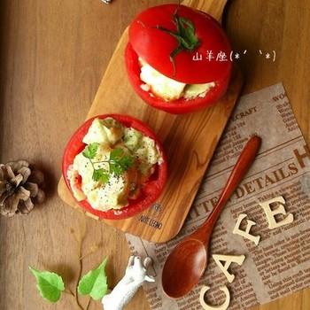 野菜や果物の中身をくりぬいて、お料理を詰める盛り付け方法です。洋食なら、トマトやアボカドなどがカップになりやすいですね。サラダもいいですが、カップのままオーブンに入れてグラタンにも。