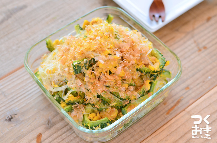 栄養価も高いゴーヤは夏バテしがちな暑い日の副菜にピッタリ。塩もみをすることで、苦みがうすれまろやかになるうえに、春雨も入りより食べやすくなります。