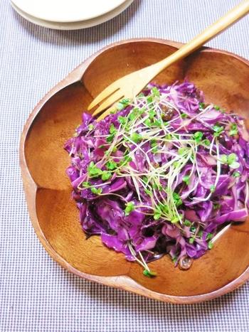 塩もみした紫キャベツ、レーズン、ブロッコリースプラウトだけなのに、こんなに華やかなサラダに。しかも簡単にできるので、あれこれ作らなくてはいけないおもてなしの席で重宝してくれます。