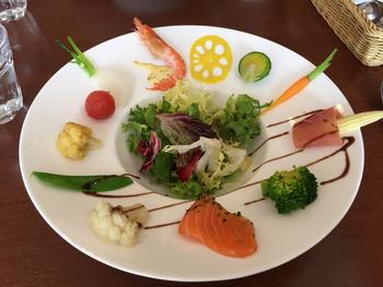 UFO皿とは、真ん中が深くくぼんだお皿。パスタやスープなどにも使いますが、お料理やサラダなどにも便利です。へりの部分が広いので、素材をレイアウトしたり、ソースでデザインを描いたり、キャンバスのように使えます。
