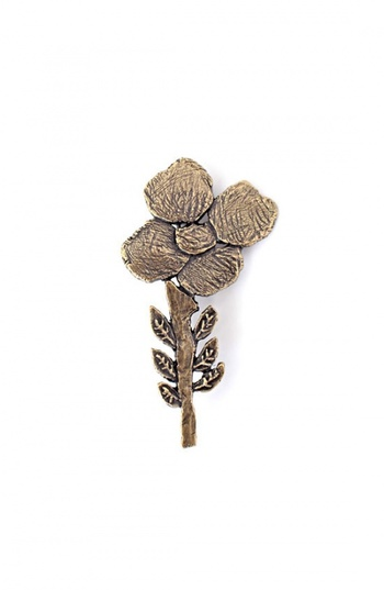 """こちらは「ミナペルホネン」らしさがたくさん詰まった、小さなお花のブローチ。花たちが風に揺れて踊っているようなデザインは、その名も""""flow dance ブローチ""""。真鍮製なのでアンティークで大人っぽい雰囲気に。"""