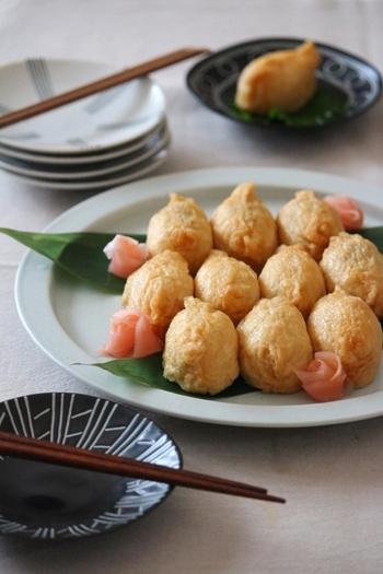 白だしでさっぱりと煮あげて、柚子こしょうを効かせた甘くない大人のお稲荷さん♪ちょっとつまむのにちょうどいいひと口サイズです。