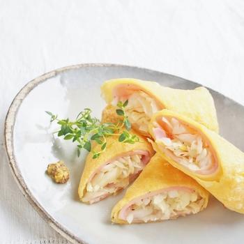 塩もみキャベツを卵、小麦粉、片栗粉の薄焼きの皮とハムで巻く、お弁当の彩りにも良さそうな卵春巻きです。