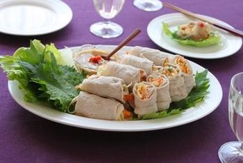 野菜嫌いの子でも喜んで食べてくれそうな、塩もみ野菜の肉巻きサラダは食感もよく、野菜をたっぷりとることができる栄養たっぷりレシピです。