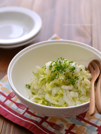塩もみ白菜で作るさっぱりコールスローは、マヨネーズを使わず、無糖のヨーグルト、オリーブオイル、酢などのドレッシングで作るヘルシーレシピです。