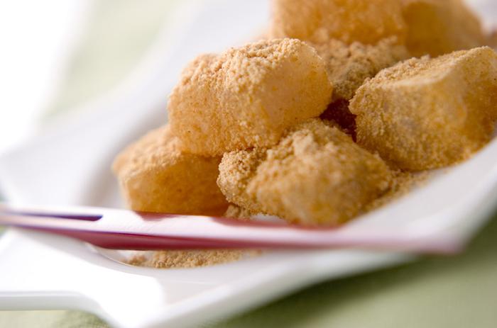レンジで作れるわらびもちのレシピ。暑い時期でもコンロを使わないので、気軽に夏らしい和菓子を楽しむことができますよ。主な材料は、わらびもち粉ときな粉だけ。思いついた時にすぐ作れそう♪