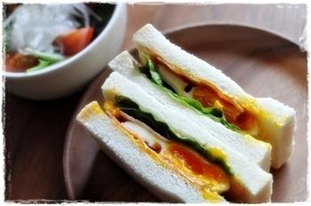 半熟の目玉焼きを挟むだけなので、忙しい朝にぴったり!とろ~り濃厚な卵がクセになるお味で、よりボリュームが出るベーコンを使うのもおすすめです。