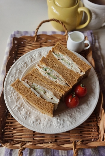レンコンのシャキシャキとした食感を活かしたサラダをパンでサンドしています。マヨネーズベースの味付けですが、醤油とごま油が隠し味!