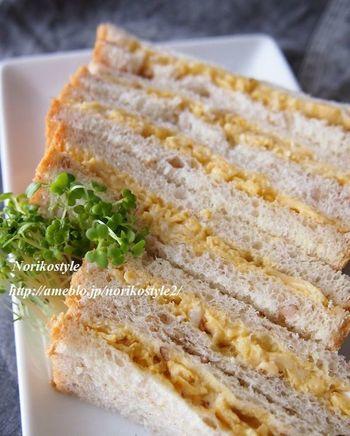 サンドする半熟スクランブルエッグにはガラムマサラをイン。日本人になじみ深いカレー風味に仕上がるスパイスです。シンプルながら食欲そそる一品です。