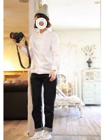 白シャツにデニム、スニーカーというベーシックなスタイル。ベーシックでもひとつひとつのアイテムにこだわることで、自分らしいコーディネートが完成します。