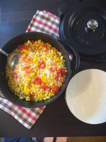 とうもろこしの黄色とトマトの赤が華やかな一品。玉ねぎとニンニクも入って旨みたっぷりなので、おかわり!の声が聞こえてきそう。こちらはバーミキュラを使用したレシピで、具材もお米もふっくら美味しくいただけます。