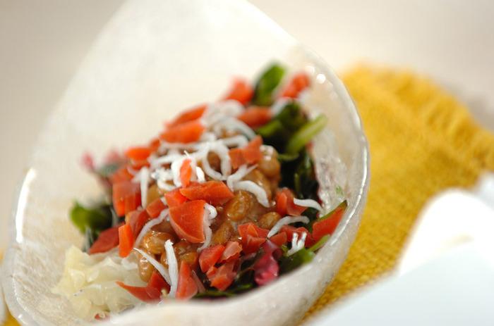 カリカリ梅を細かく刻んで海藻や納豆、ちりめんじゃこと合わせて。ほど良い酸味と食感を楽しめます♪
