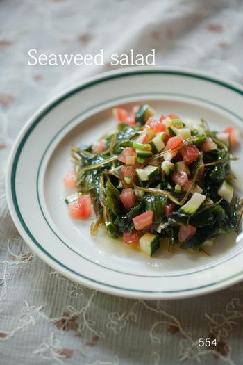 オリーブオイルやタバスコなどで調味した、洋食とも好相性の海藻サラダ。さっぱりしているのでいくらでも食べられそう♪