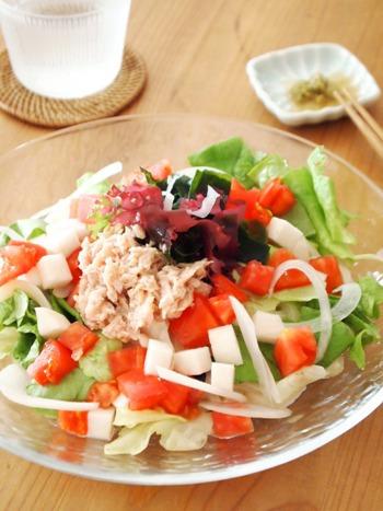食べごたえのあるサラダうどん。柚子胡椒とごま油の香りが食欲をそそります♪