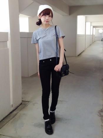 Tシャツとスキニーに、パールがよく似合っているコーデ。ニット帽もプラスでとってもお洒落です。